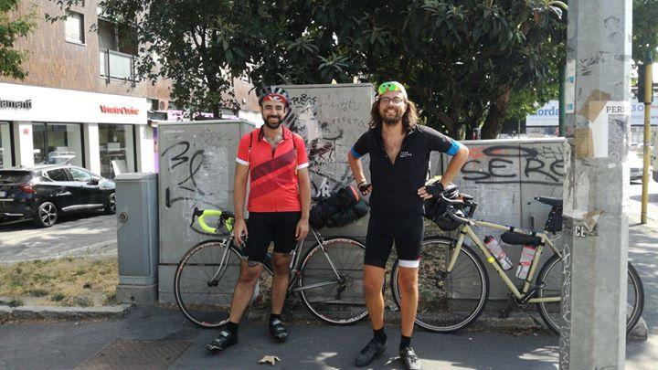 Da Milano due amici sono partiti in bicicletta per …